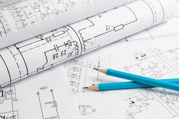 Elektronica en engineering. potlood op gedrukte tekeningen van elektrische circuits