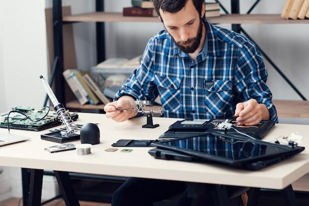 Elektronica reparateur werkplek