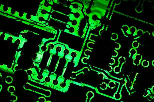 Elektronisch bord en elektronisch apparaat er is een groen licht volgens het circuitpatroon;