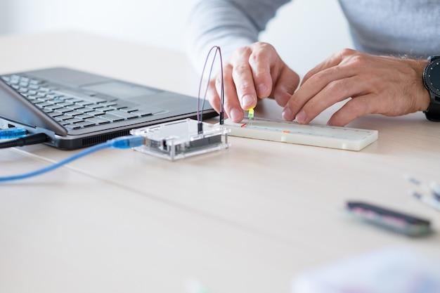 Elektronisch project van prototyping. student leert programmeren van microcontroller tijdens zijn opleiding aan de technische universiteit