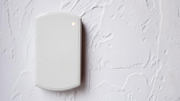 Elektronisch slot aan de muur met kopieerruimte. digitale beveiligingssystemen voor deurbeveiliging. selectieve aandacht.