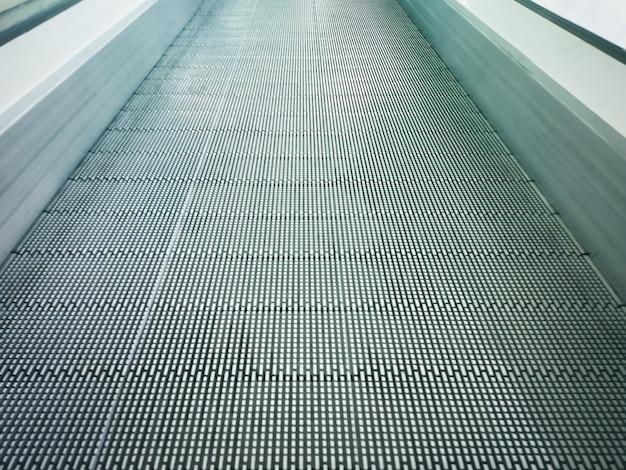 Elektronisch systeem in beweging of moderne roltrap in winkelcentrum.