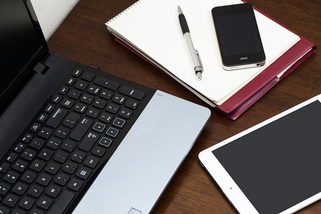 Elektronische apparaten op tafel