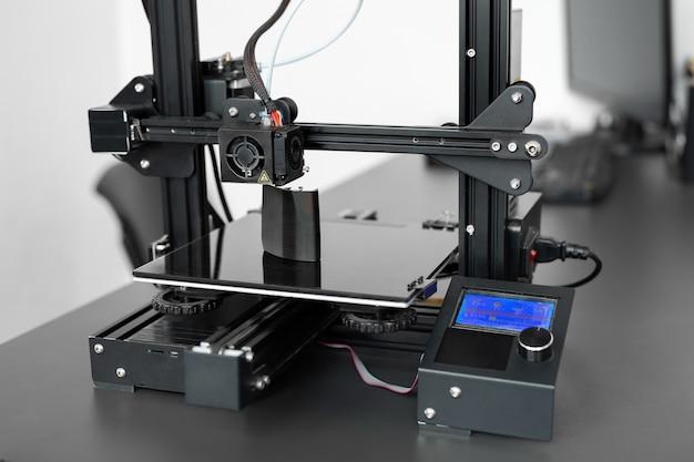 Elektronische driedimensionale plastic 3d-printer tijdens het werk in het laboratorium