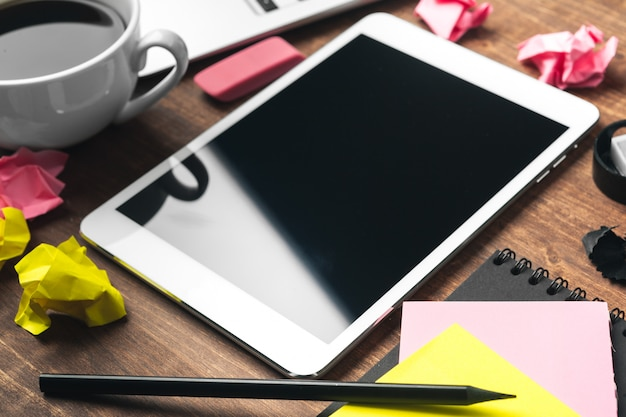 Elektronische gadgets en kantoorbenodigdheden op houten tafel