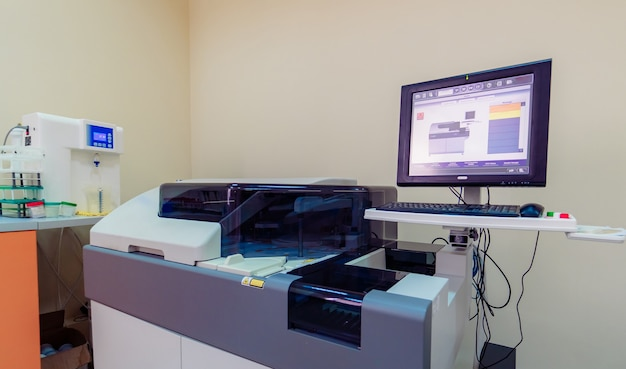 Elektronische medische bloedcentrifuge in laboratorium. analyse in het laboratorium voor hematologie. longontsteking diagnosticeren. covid-19 en coronavirus identificatie. pandemie. centrifugeer met zeef.