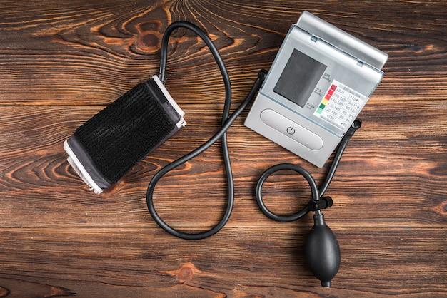 Elektronische medische tonometer voor het meten van de bloeddruk op houten tafel