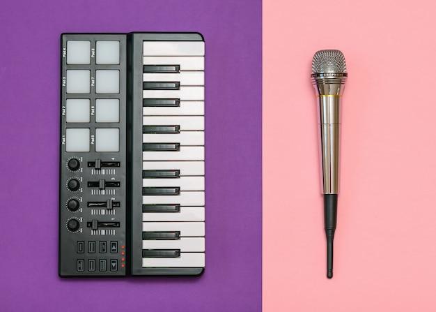 Elektronische muziekmixer en radiomicrofoon op tweekleurige tafel