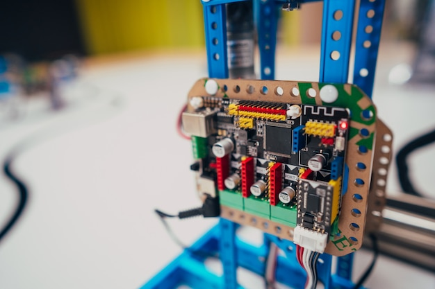 Elektronische printplaat met processor en draden