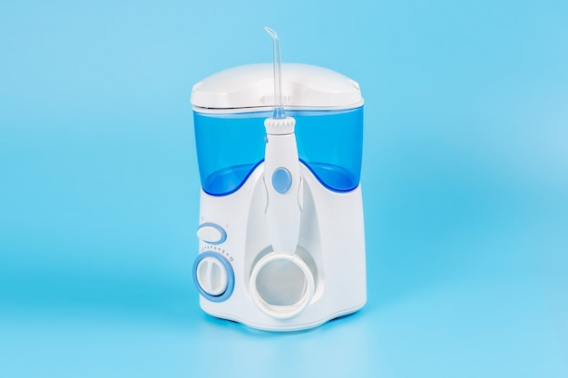 Elektronische tanddouche voor persoonlijk thuisgebruik op blauwe achtergrond