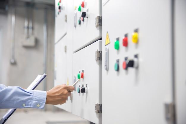 Elektrotechnisch ingenieur die elektriciteit ahu-systeem controleert.