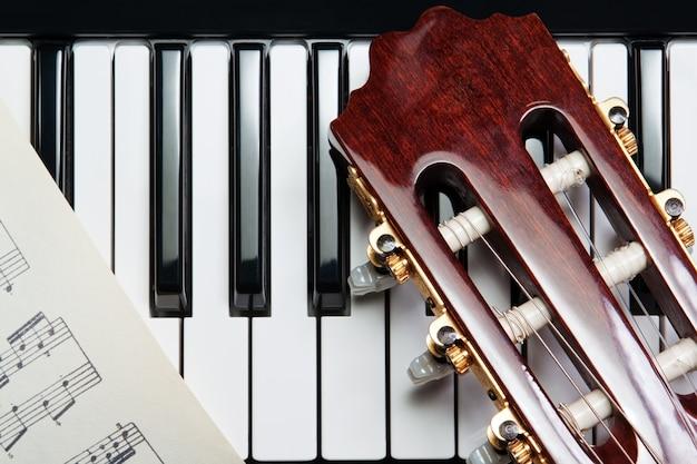 Element van de gitaar op de piano