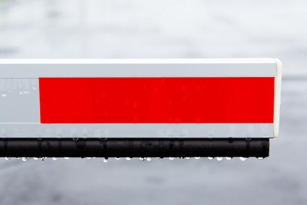 Elementbarrière op de parkeerplaats voor bescherming bij regenachtig weer.