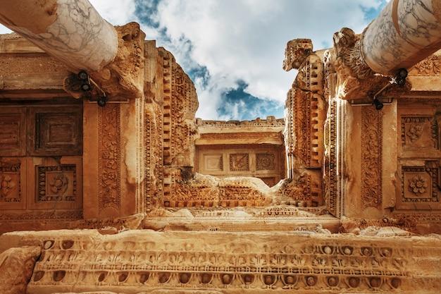 Elementen van de kolommen van de architecturale structuur tegen de blauwe hemel van de bibliotheek van celsus in efeze, turkije