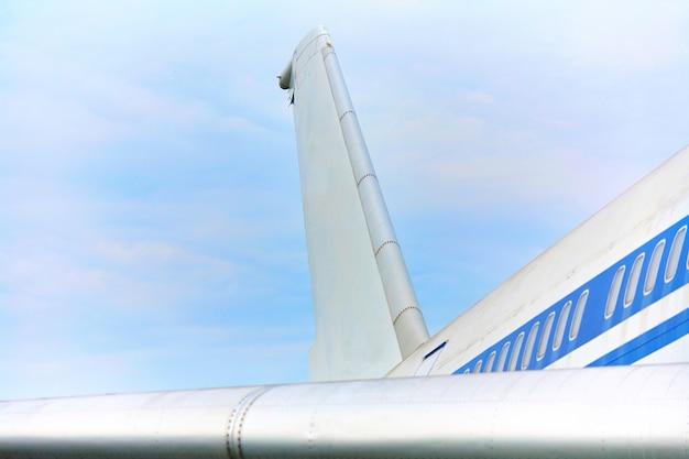 Elementen van een passagiersvliegtuig met een blauwe streep