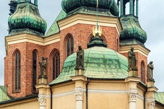 Elementen van oude architectuur, beelden op de muur van de kerk: poznan / polen - 27 september 2020