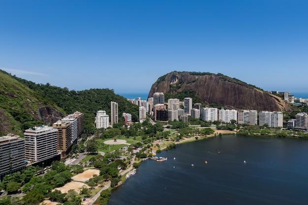 Elite lagoa-district in rio de janeiro. uitzicht vanaf drone.