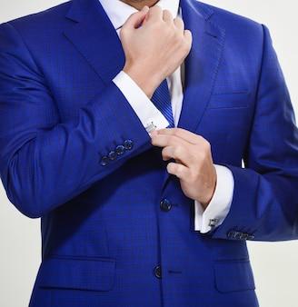 Elk detail is belangrijk. stijlvolle details zakelijke uitstraling. kledingvoorschrift in zakelijke stijl. mannelijke handen aanpassen pak close-up. zelfverzekerd in zijn stijl. mensen uit het bedrijfsleven kiezen voor formele kleding.