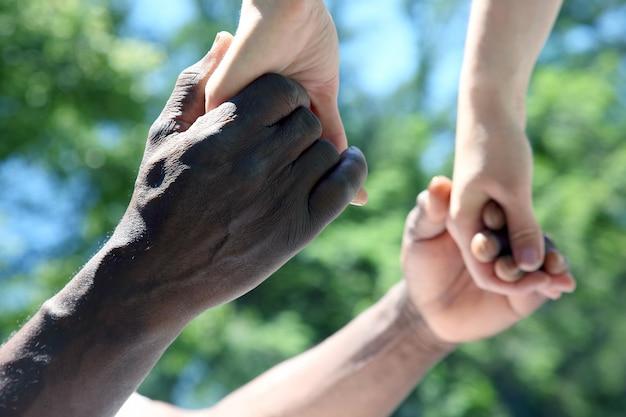 Elkaars handen vasthouden. relaties en mensen helpen