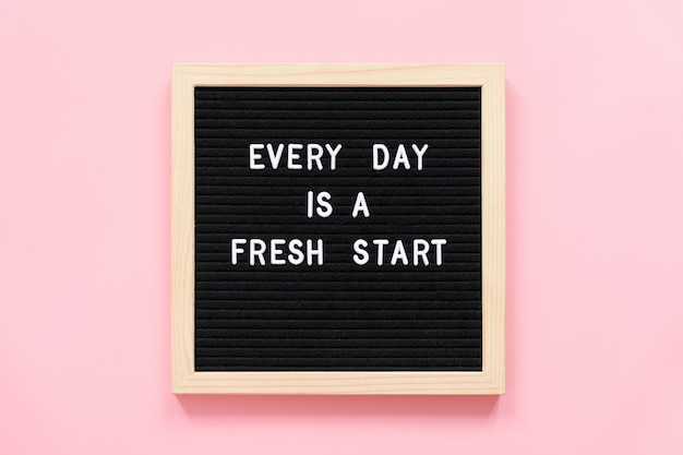 Elke dag is een nieuwe start. motiverende citaat op zwarte letter bord concept inspirerende citaat van de dag.