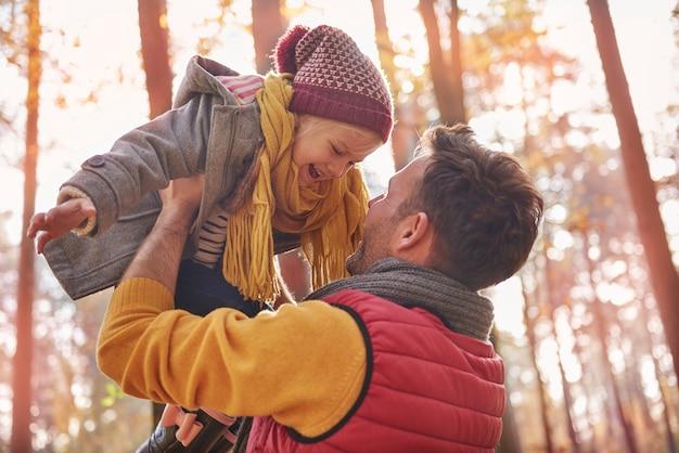 Elke papa speelt graag met zijn dochter