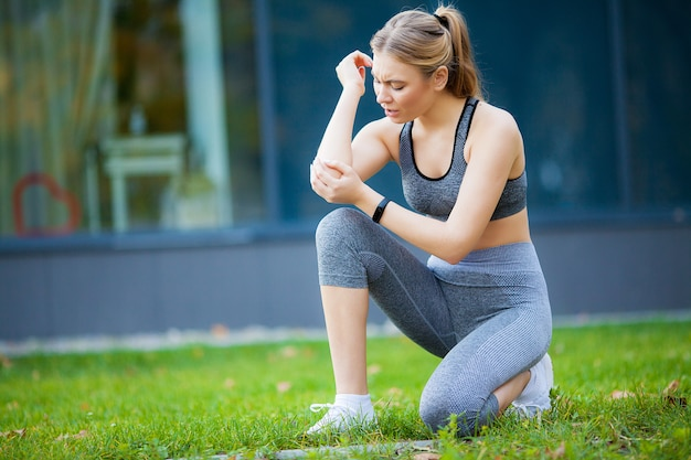 Elleboogblessure. fitness vrouw met pijn in haar elleboog