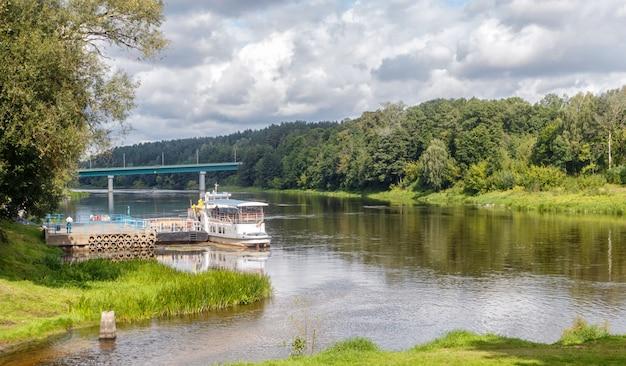 Embankment van de rivier de neman