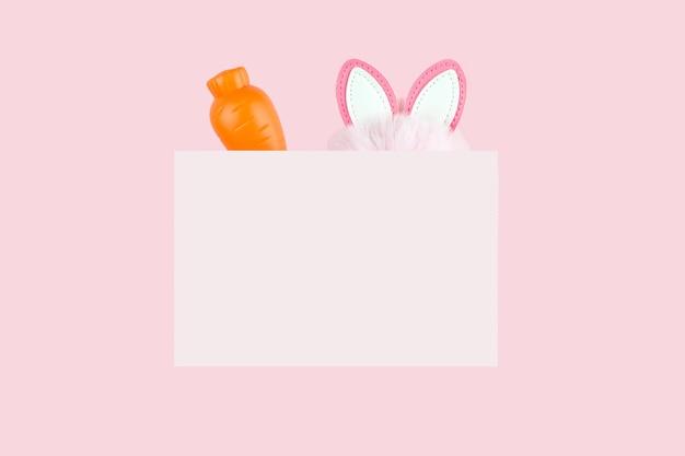 Embleem met wortel en haas oren op roze. lente vakantie ontwerp.