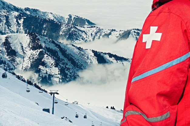 Emergency reddingsteam in rood uniform op skiresort.
