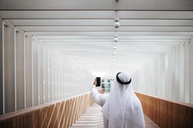 Emirati-kerel die selfie neemt in de levensstijl van de stedelijke stad in het hart van dubai