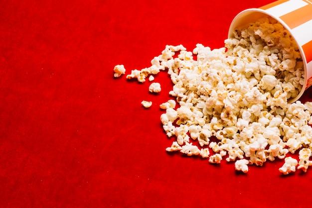 Emmer dichtbij gemorste popcorn