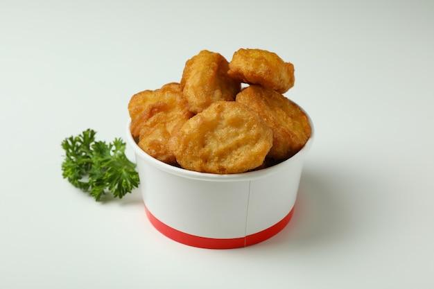 Emmer met gebakken kip op witte achtergrond