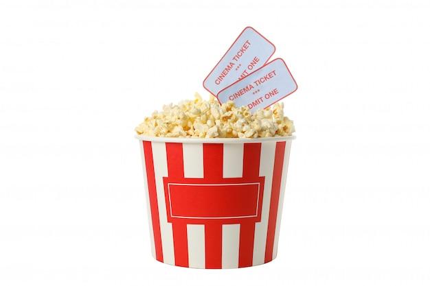 Emmer met popcorn en kaartjes die op witte ruimte worden geïsoleerd