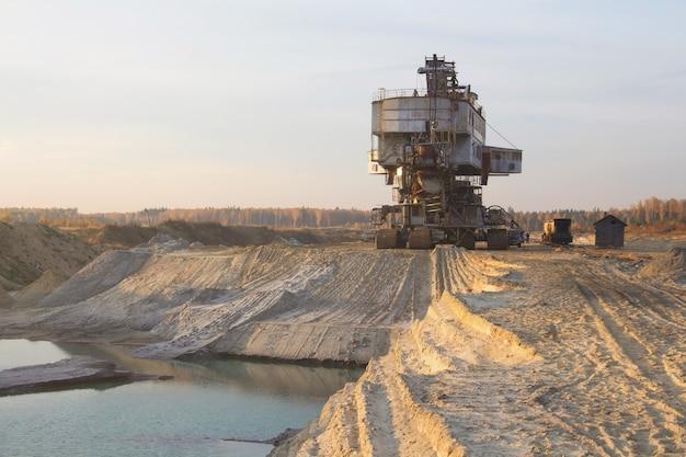 Emmerkettinggraafmachine in een zandgroeve. gigantische stapelaar. behandeling van bulkmateriaal