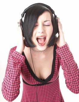 Emo meisje in koptelefoon op witte achtergrond