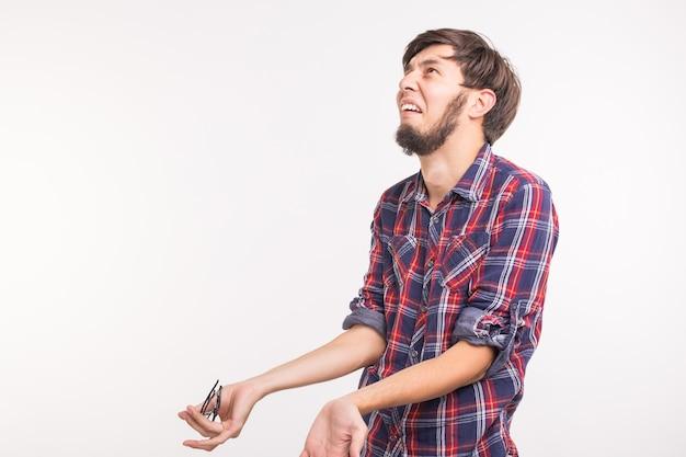 Emoties en mensenconcept - bebaarde man verward en bang voor iets, het lijkt erop dat hij schuldig is