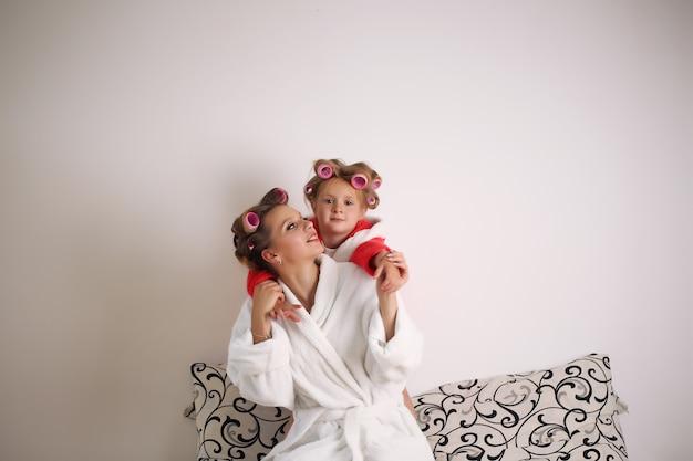 Emoties. gelukkig liefdevolle familie. moeder en dochter brengen thuis tijd samen door.