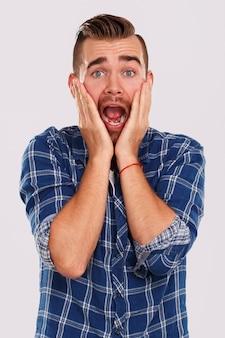 Emoties. jonge man in blauw shirt
