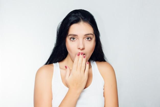 Emoties, mensen, schoonheid en lifestyle concept - portret van een jonge vrouw met geschokte gezichtsuitdrukking
