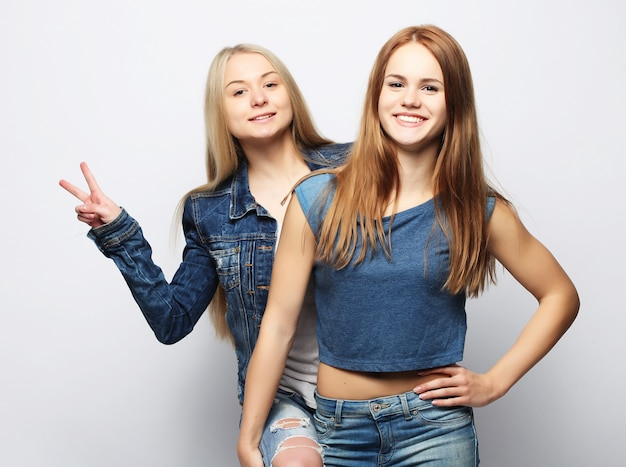Emoties, mensen, tieners en vriendschap twee jonge tieners