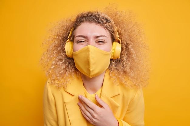 Emoties verborgen achter masker. vrolijke vrolijke vrouw met krullend haar