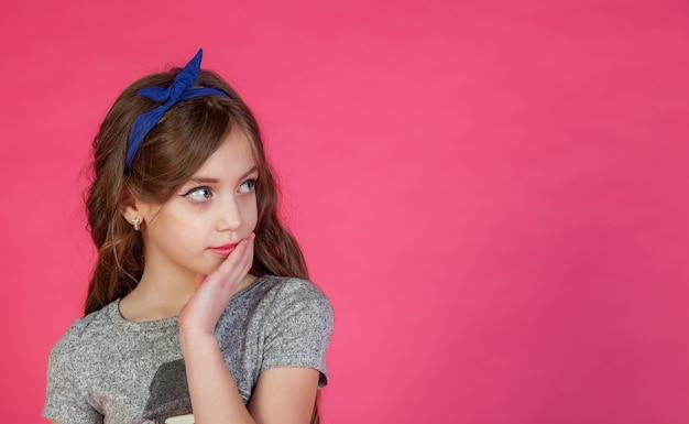 Emotioneel 8-jarig schattig tienermeisje dat denkt en wegkijkt