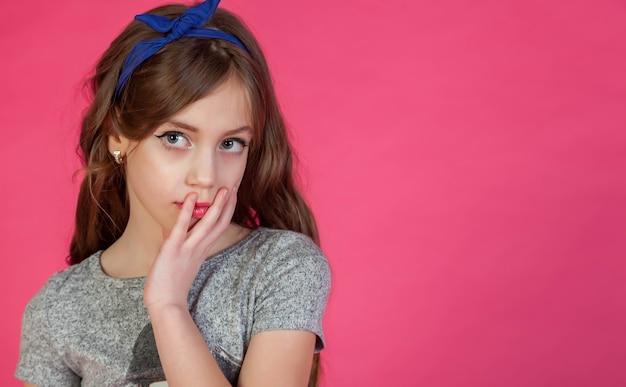 Emotioneel 8-jarig schattig tienermeisje denkend en kijkend naar de camera