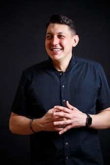 Emotioneel close-upportret van een jonge mannelijke arts in medische kleding. geïsoleerd op zwarte achtergrond