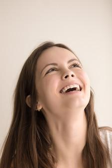 Emotioneel headshotportret van blije jonge vrouw