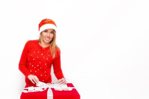 Emotioneel portret van een meisje met een rode geschenkdoos Premium Foto