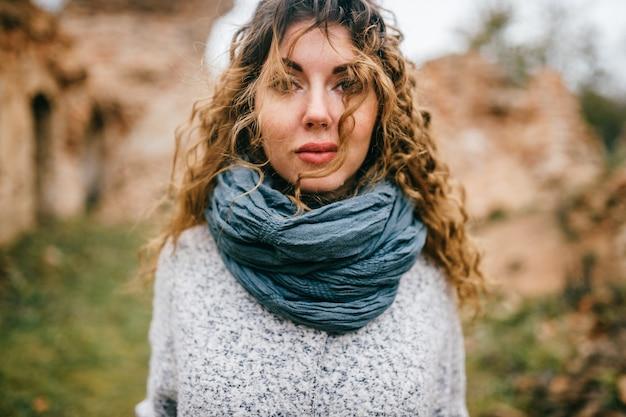 Emotioneel portret van jonge aantrekkelijke vrouw buiten.