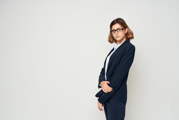 Emotioneel zakenvrouwengebaar met handen officiële lichte achtergrond
