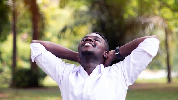 Emotionele afrikaanse man lachen in de wind
