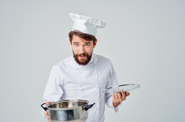 Emotionele chef-kok met een pan in zijn handen ontevredenheid keukenrestaurant